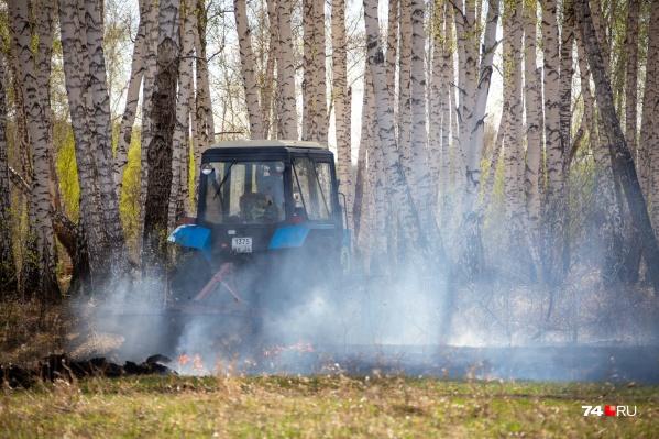 На тушении пожаров в Югре задействованы пожарные машины и трактор