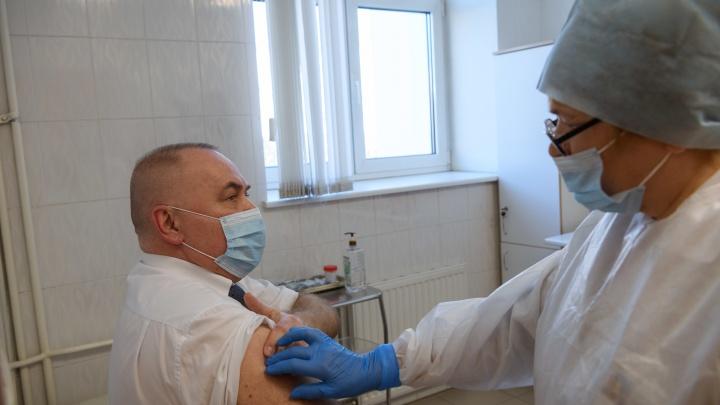 «У нас никто не дерется за кислородные койки». Министр здравоохранения — о третьей волне, прививках и смерти друга