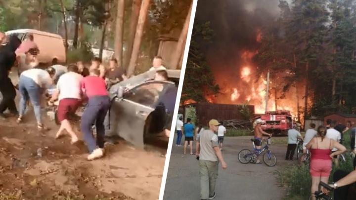 «Толпа мужиков помогла спасти машины от огня»: в селе под Екатеринбургом сгорело 2500 квадратов леса. Видео
