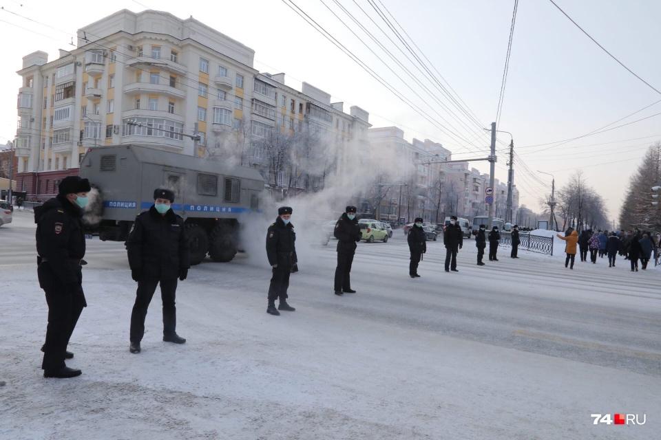 Во время шествия полиция перегородила улицу Красную — так митингующие могли переходить дорогу, не рискуя оказаться под колесами машин