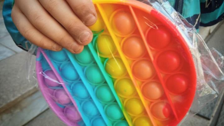 «Интересно не почему поп-иты популярны, а почему дети живут в таком стрессе». Пермский психолог — о новых детских игрушках