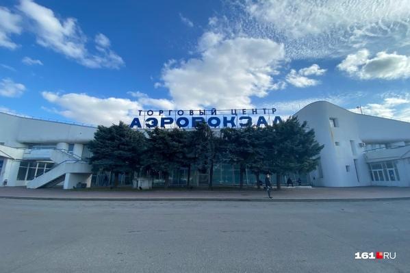 Сейчас в здании аэровокзала работают 55 магазинов