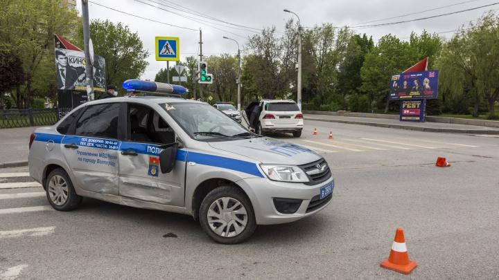 «Приехал подполковник, и виновным сразу стал я»: в Волгограде Mercedes протаранил автомобиль полиции