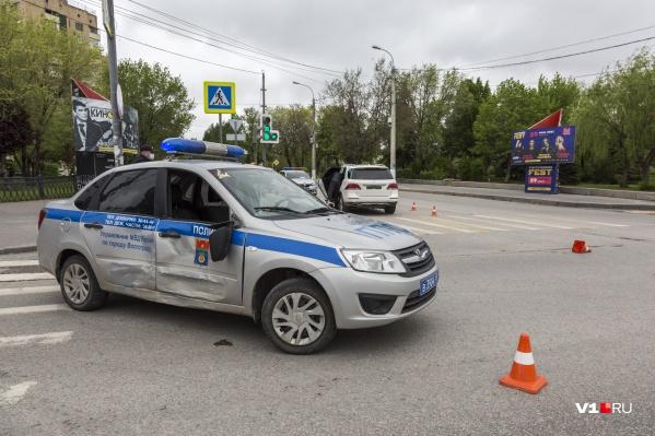 Водитель Mercedes протаранил полицейский автомобиль на перекрестке Калинина и Рабоче-Крестьянской