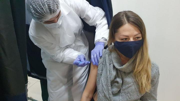 «Ждал три с половиной недели»: екатеринбуржцы ответили, почему пошли делать прививку от COVID-19 в ТЦ