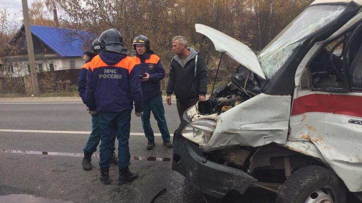 КАМАЗ протаранил карету скорой помощи, приехавшую на вызов в Борском районе. Трое медиков пострадали