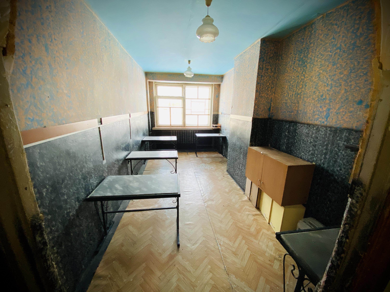Так выглядит бытовая комната колонии Озерска: здесь стояла микроволновка, а в ящиках была аккуратно расставлена посуда. Всё как дома, за исключением вида из окон