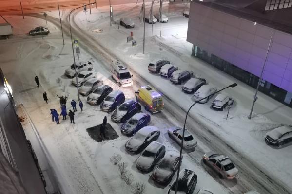 К месту трагедии на Пермякова медики скорой помощи прибыли в 01:37. Они констатировали смерть пациента