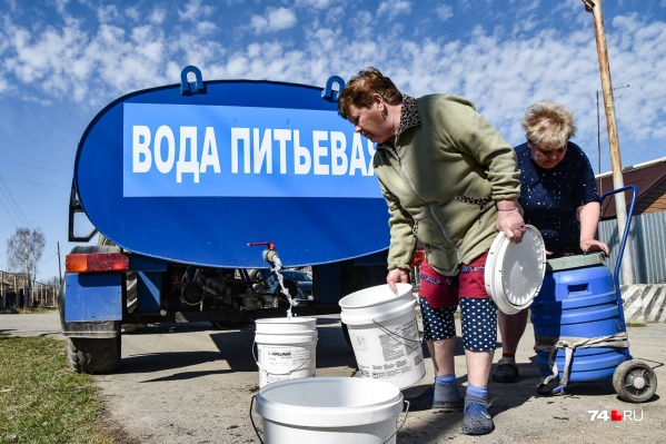 Воду в деревню Шумаки теперь привозят в цистерне