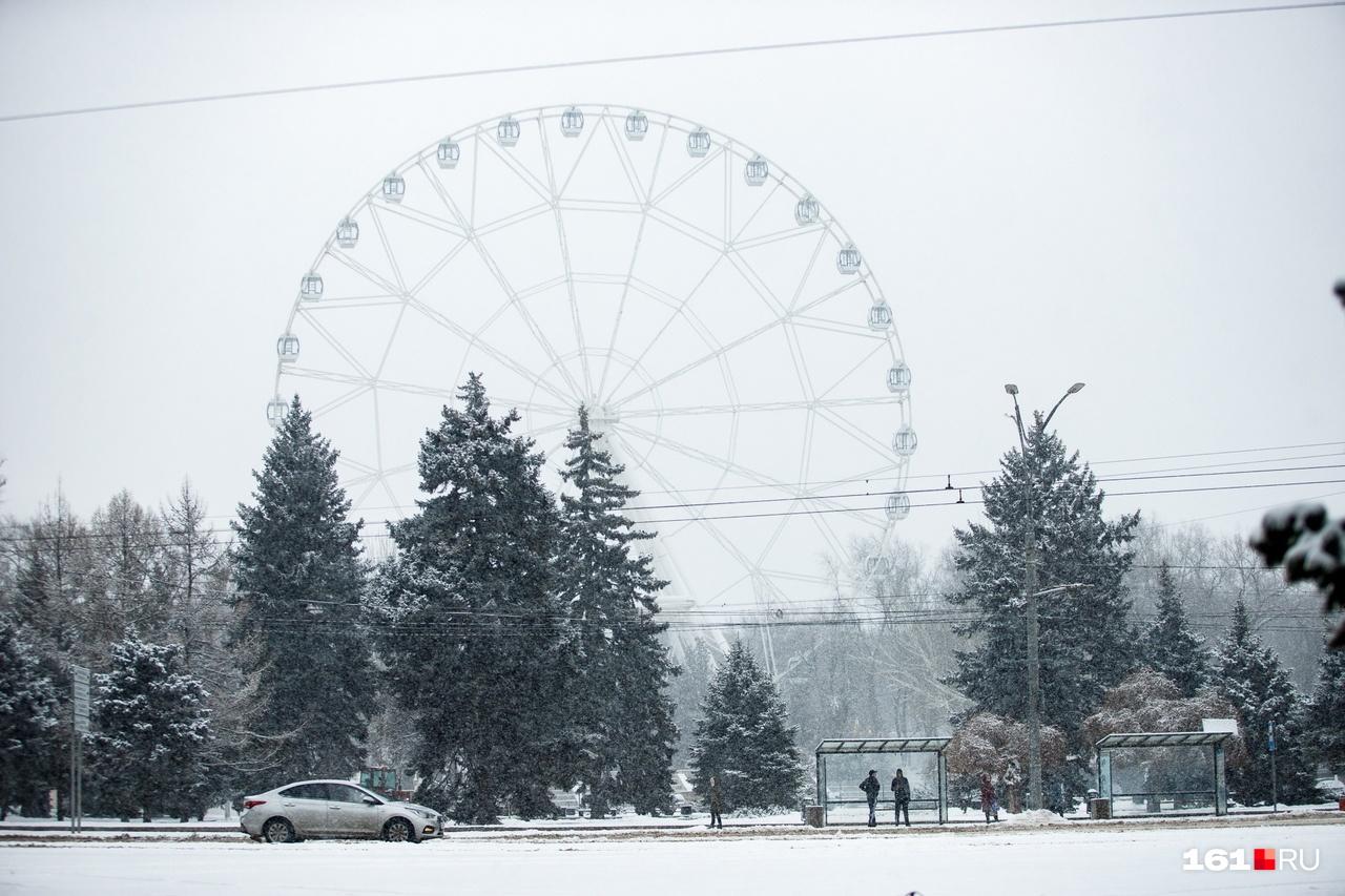 Даже чертово колесо смотрится в снегу, как в тумане