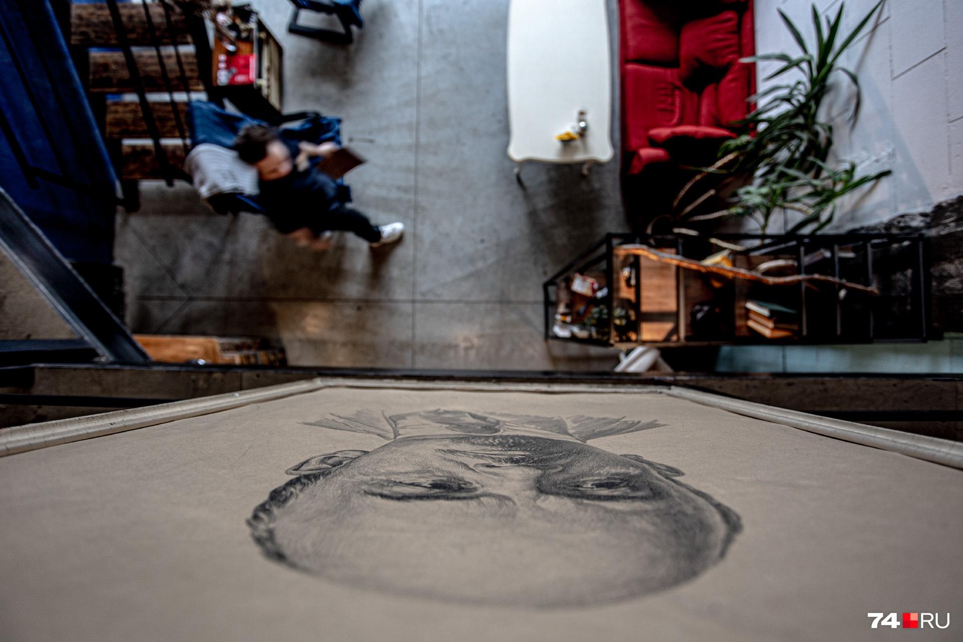 Кажется, портрет Ленина остался здесь еще с советских времен. Выкидывать его не стали — вписали в творческое пространство