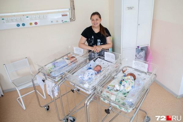 Взять на руки всех троих малышей Людмила не может — приходиться убаюкивать и кормить сыновей по очереди