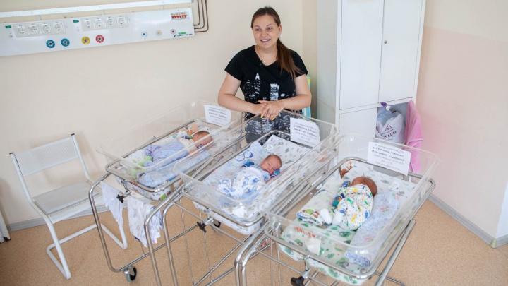 «На каждом УЗИ детей становилось больше». Тюменская семья родила тройню, хотя ждала одну девочку