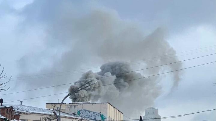 Екатеринбуржцев напугал сильный дым в центре города: объясняем, что происходит