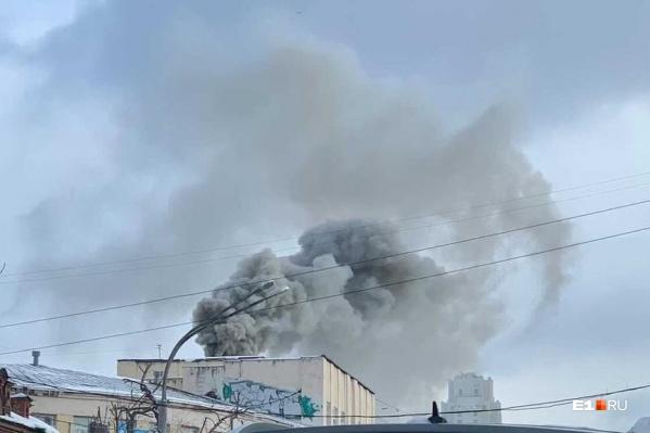 Читатели предполагают, что горит ресторан «Нигора»