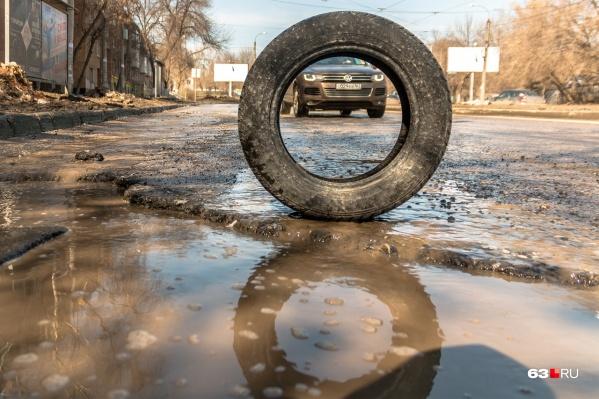 Весной в Самаре дороги тают вместе со снегом. Поэтому потерять колесо рискуют владельцы даже самых надежных авто