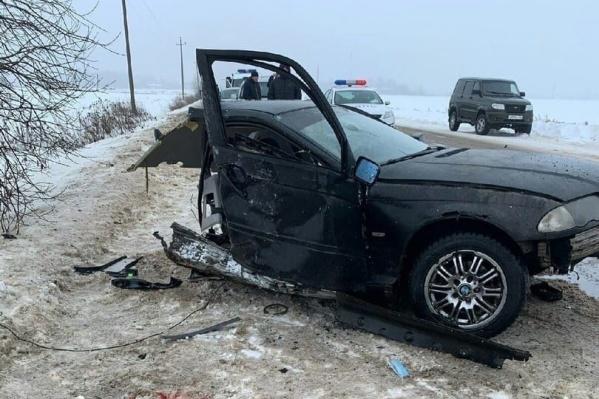 Одна часть машины осталась на дороге, другая улетела в заснеженное поле