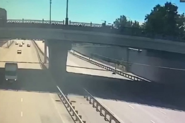 Мужчина рухнул на дорогу
