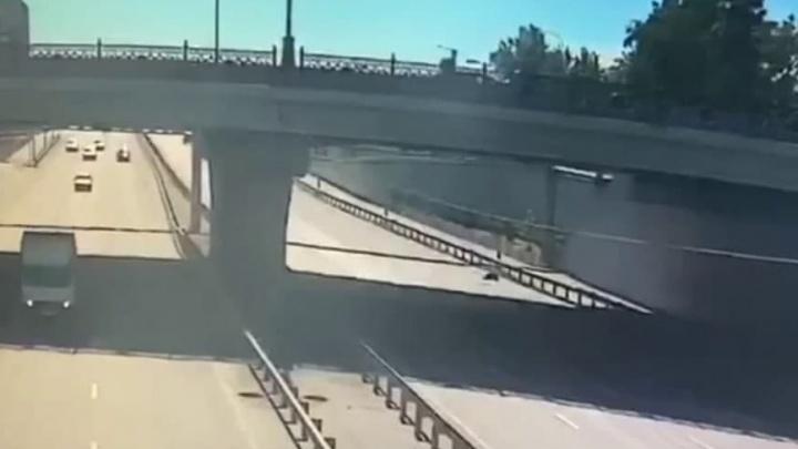 В Тюмени мужчина упал с моста на проезжую часть