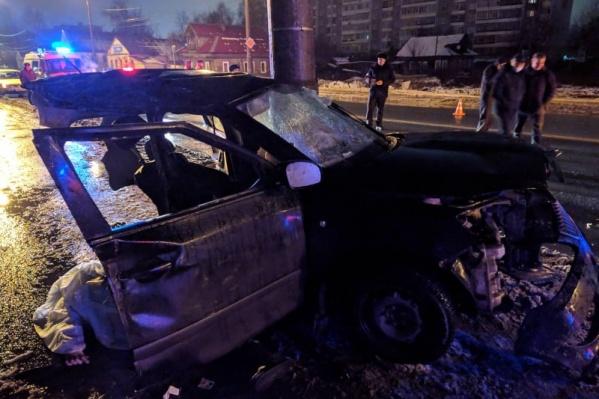 Машину после столкновения со световой опорой разорвало на части