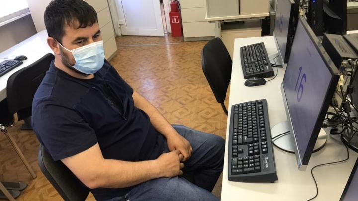 В Екатеринбурге мужчина прикрепил мобильник к животу, чтобы сдать на водительские права