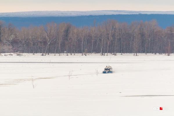 В зимний период через Волгу ходят суда на воздушной подушке