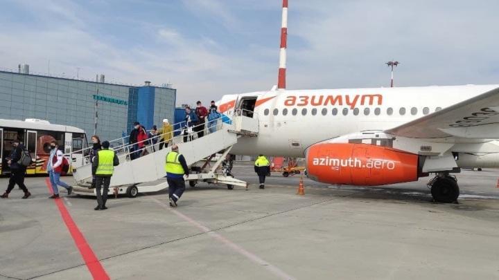 Самолет облили, пассажира наградили: в Волгограде приземлился первый борт из Брянска