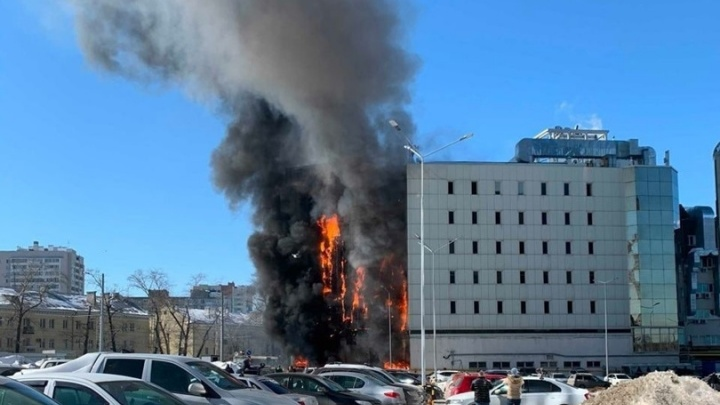 «От фасада падали куски обшивки»: появилось видео пожара в ТЦ «Скала»
