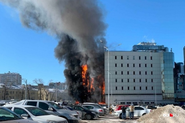 Пламя быстро охватило несколько этажей здания