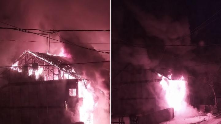 На Камчатской в Тюмени сгорел двухэтажный деревянный дом