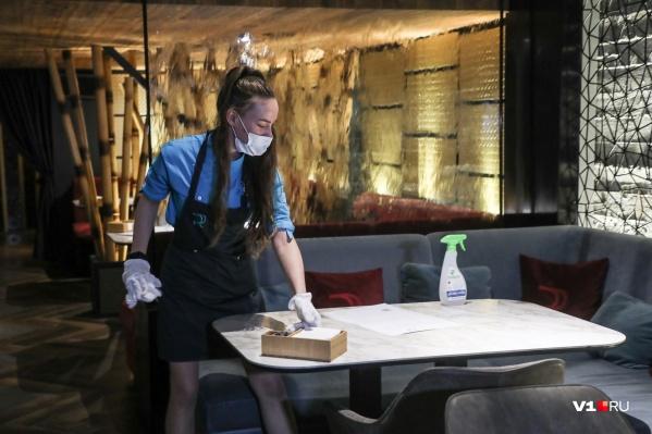 Посетителям кафе и ресторанов выдают маски и перчатки бесплатно