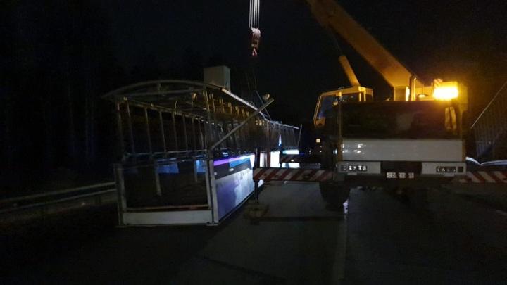 «Водитель ударил мост и просто поехал дальше»: на ЕКАД упал надземный пешеходный переход