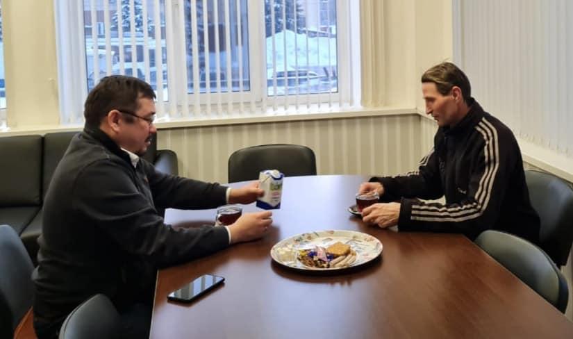 Директор УЖХ и Юрий обсудили насущные вопросы на дружеской встрече