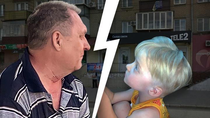 На остановке в Челябинске незнакомец ударил ребенка по голове на глазах у его матери. Мужчину задержали очевидцы