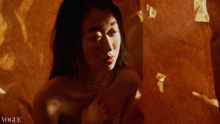 Горячая Покахонтас: эротический снимок новосибирского фотографа попал в итальянский журнал Vogue