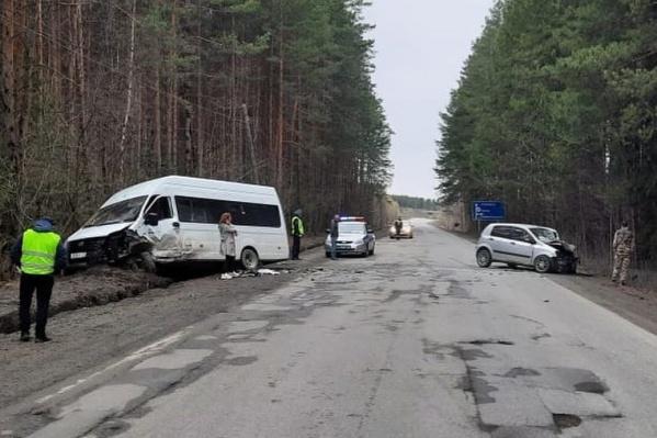 Микроавтобус выехал на встречную полосу