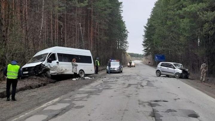 На Урале микроавтобус вылетел на встречку и врезался в Hyundai