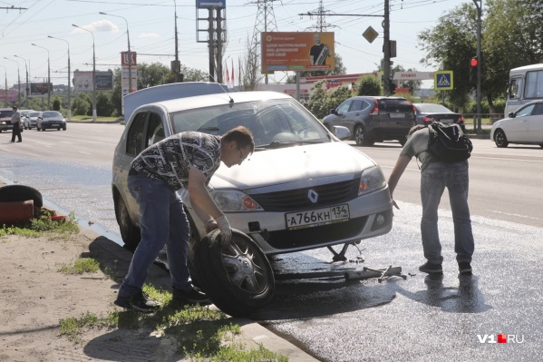 Иномарка повредила переднее колесо и, возможно, подвеску