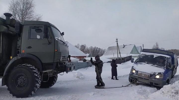 Военные машины пришли на помощь новосибирцам, застрявшим на дороге. Фото со спасением