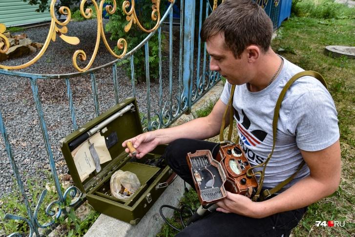 Андрей показывает старые батарейки для прибора: сейчас таких не найти. Он приспособил обычные пальчиковые