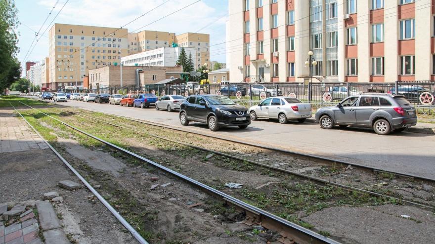 Заросшие рельсы и разбитый асфальт: репортаж с улицы в Уфе, которую ремонтируют за 36 млн рублей