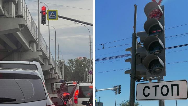 Светофоры Екатеринбурга стали «четырехглазыми». Рассказываем, зачем это понадобилось