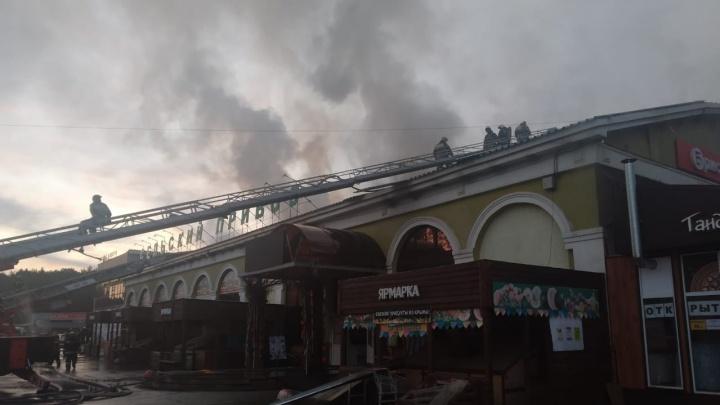 В Арамиле 38 пожарных больше трех часов тушили горящий торговый комплекс
