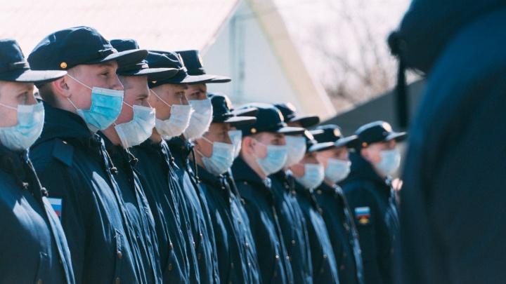 Первые новобранцы из Омска отправились служить в войска