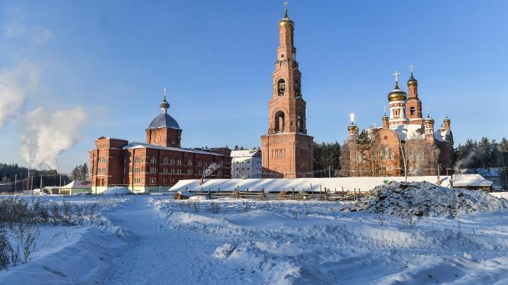 В Среднеуральский женский монастырь приехала полиция и миграционная служба