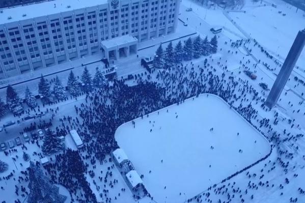Удивительно, но во время акции протеста на ледовой площадке люди катались на коньках
