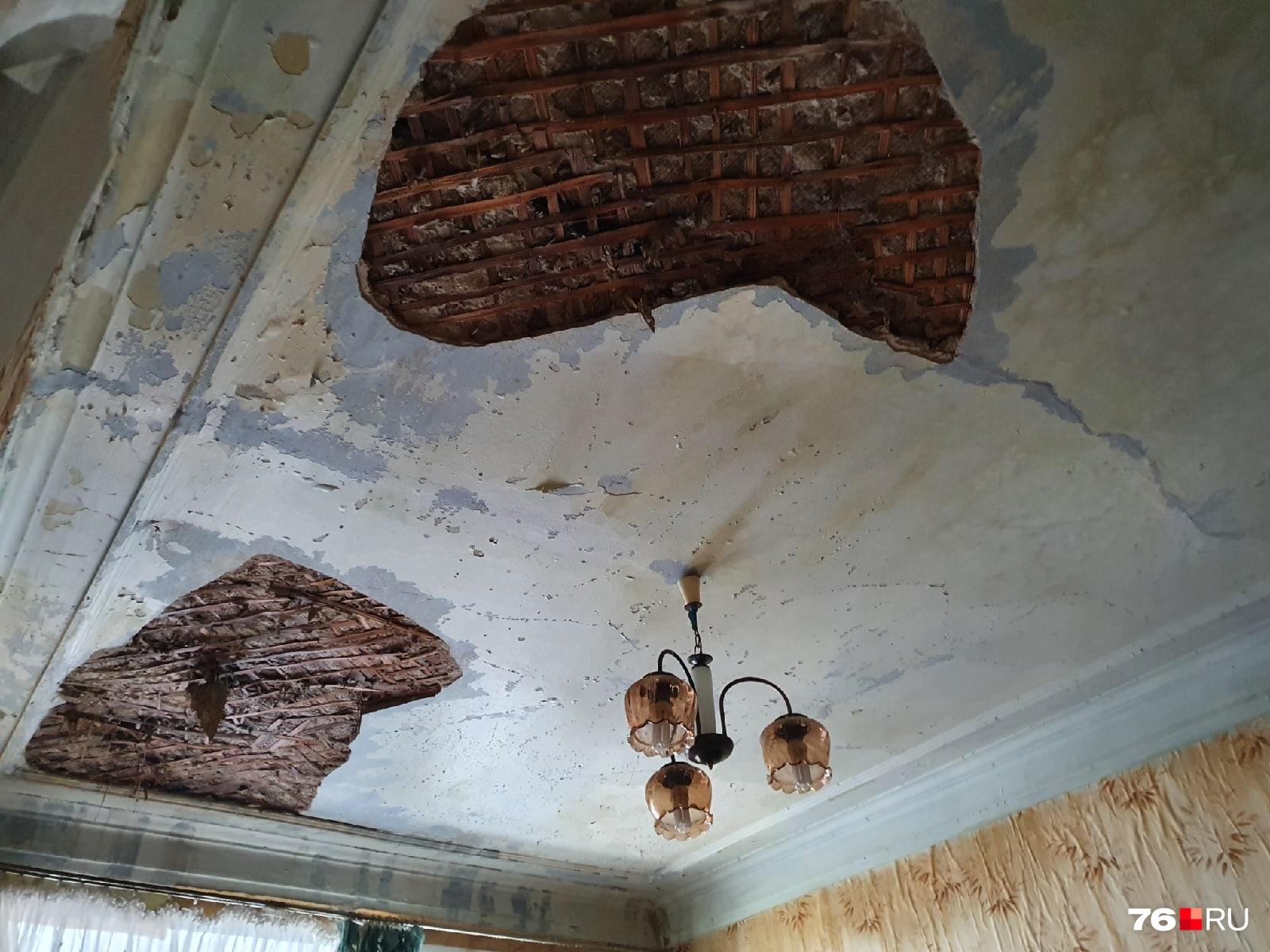 Из-за кипятка в квартире обрушился потолок