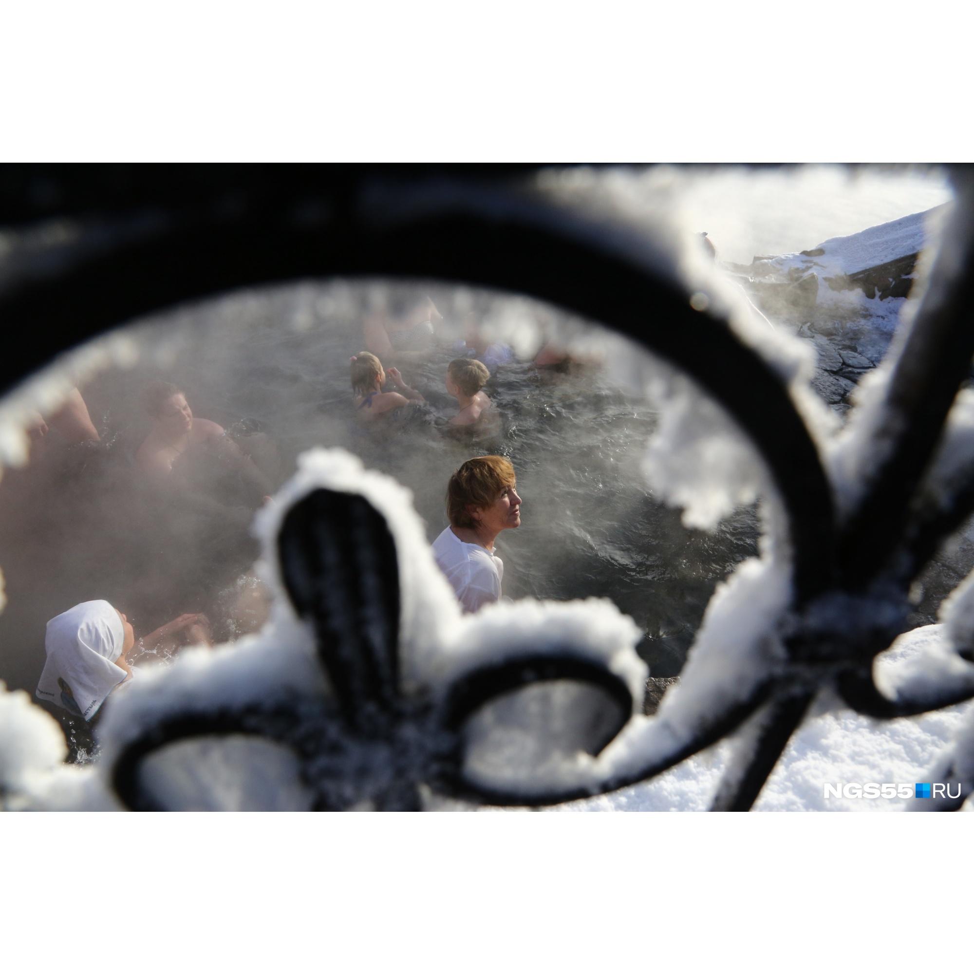 Тем временем в Ачаирском монастыре люди беззаботно радуются жизни в теплом источнике