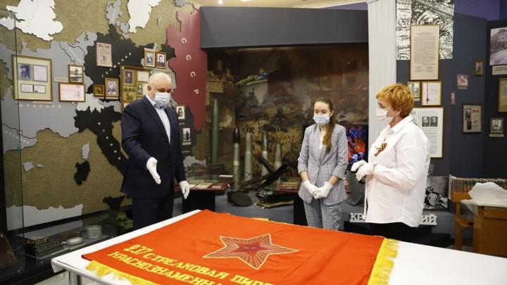 В Кузбасс передали на вечное хранение знамена Советской армии. Их пронесут по улицам в День Победы