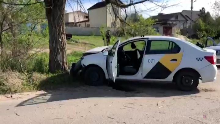 Вышел из салона и упал: в Волгограде выясняют причины смертельного ДТП с такси